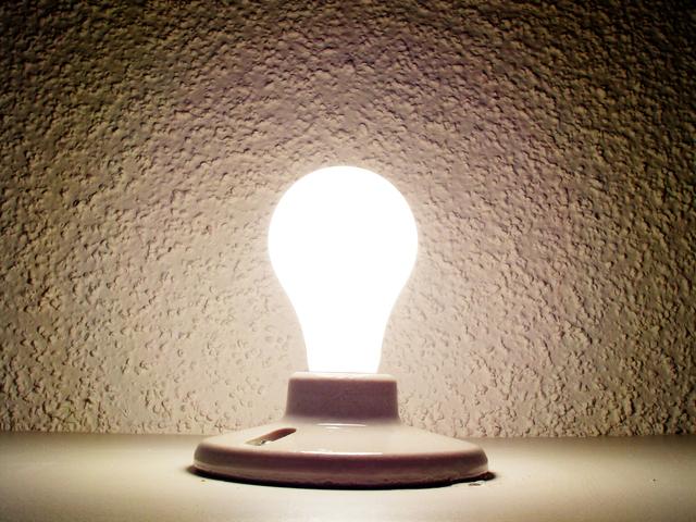 rozsvícená žárovka ve svítidle