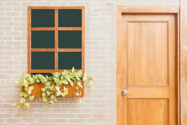 dřevěné dveře, okno