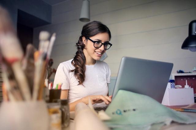 žena co píše na PC